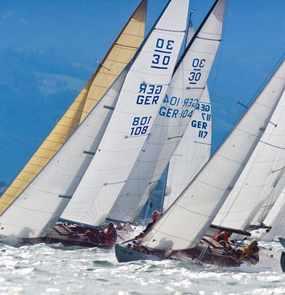 Mehrere Segelboote auf einer Regatta