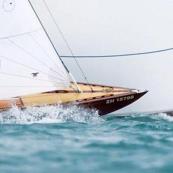 Drei Segelboote liefern sich ein Kopf-an-Kopf Rennen bei einer Regatta