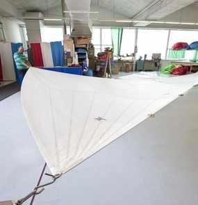 Ein Segel von Vogelmeier Sails ist in der Werkstatt aufgespannt