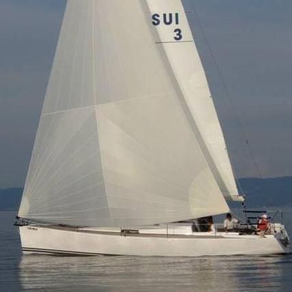 Ein kleines Segelboot fährt über das Wasser