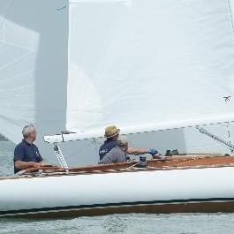 Ein Segelboot bei einer Regatta