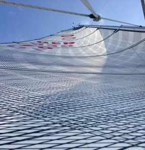 Ein Segel im Wind von unten bis zum Mastende