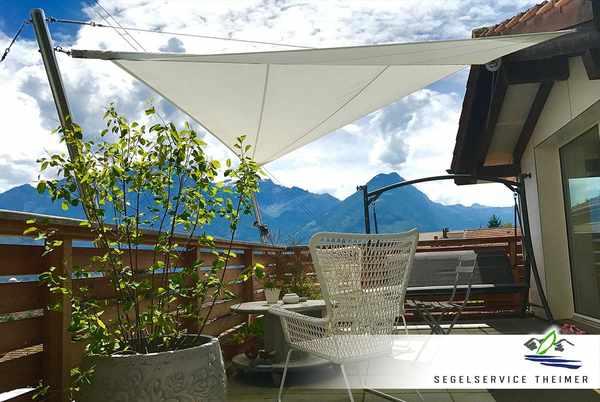 Ein rollbares Sonnensegel über der Terrasse eines Wohnhauses