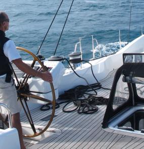 Klaus Theimer am Steuerrad seines Segelbootes