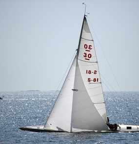 Ein Segelboot von Backbord in Schräglage