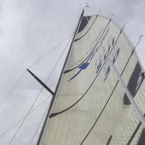 Ein Segel ist an einen Mast gespannt