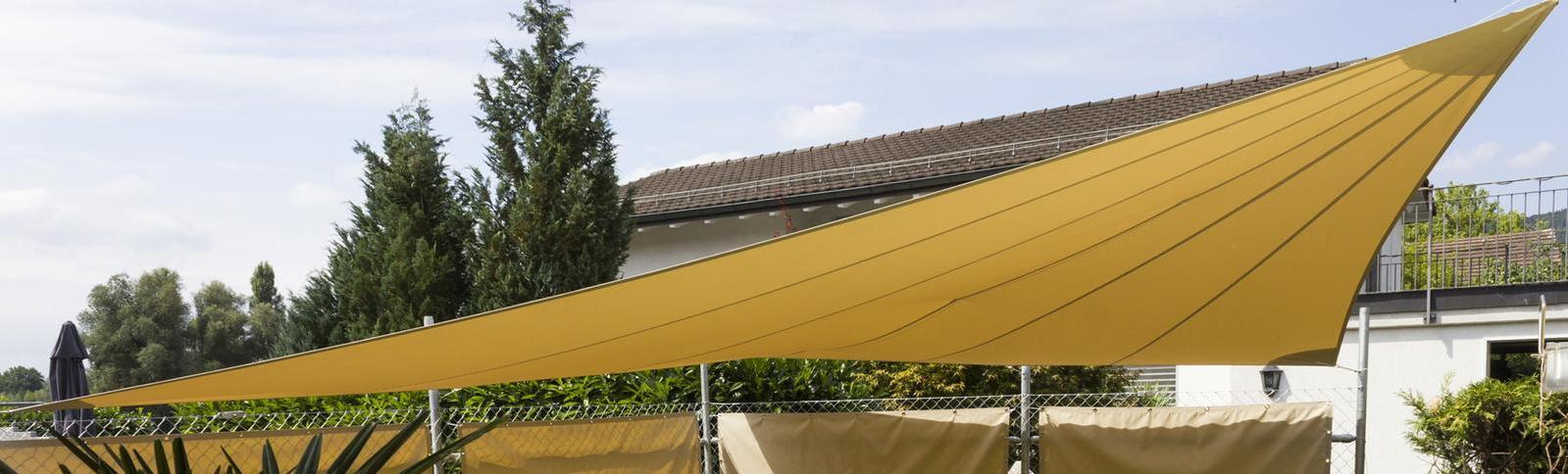 Mehrere Sonnensegel zur Beschattung und als Sichtschutz an der Terrasse eine Wohnhauses