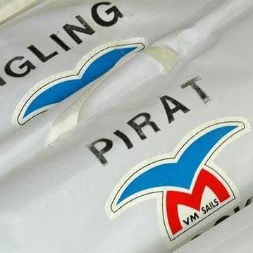 Segel von Vogelmeier Sails liegen aufgerollt nebeneinander