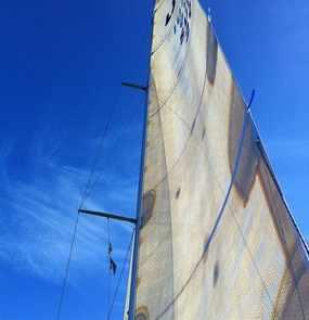 Ein Segel an einem Mast bei Wind