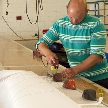 Ein Segel wird in der Werkstatt zugeschnitten
