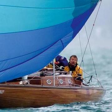 Ein Segelboot mit zwei Seglern und einem Segel von Vogelmeier Sails fährt über das Wasser.