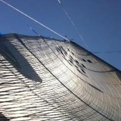 Ein Segel am Mast herauf fotografiert