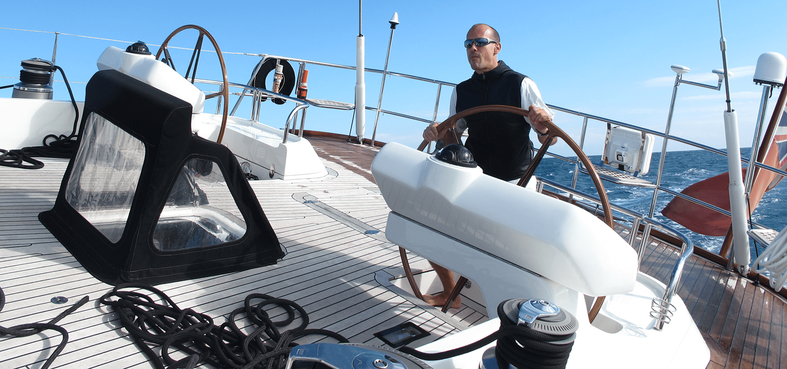 Klaus Theimer am Steuerrad eines Segelbootes