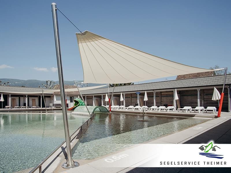 Großes Sonnensegel zur optimalen Beschattung eines Schwimmbads